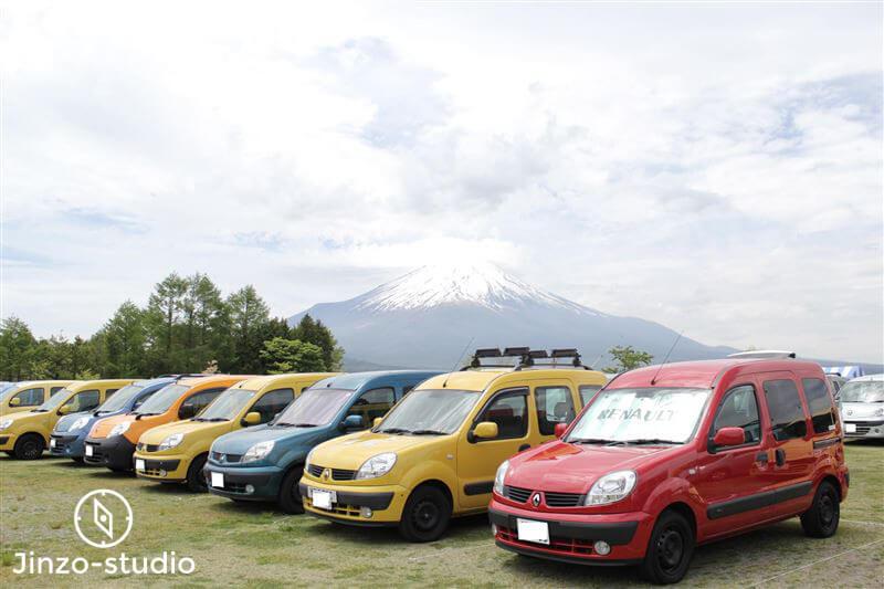 富士山のふもとで並ぶ10台ほどのカングー写真。自然と馴染んで美しい。