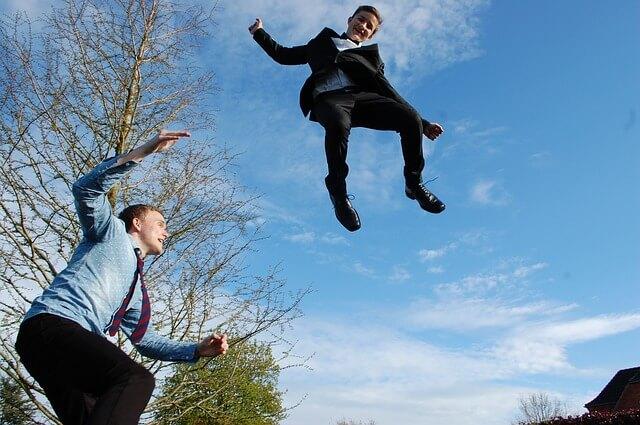 飛び跳ねる男の子とお父さん。引っ越しもこれぐらい気持ちよく!