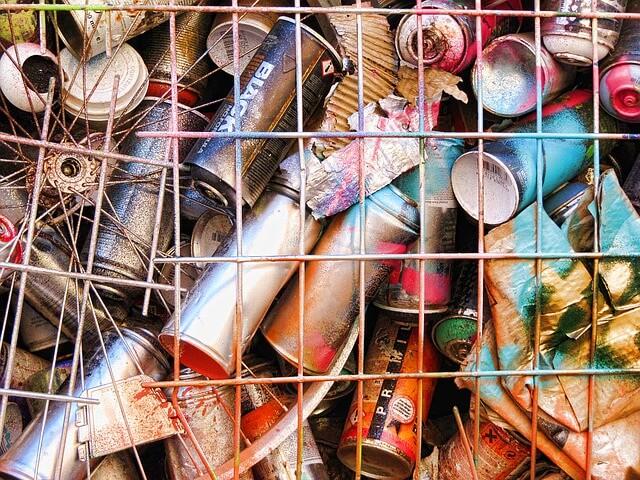 スプレー缶の空き缶の写真