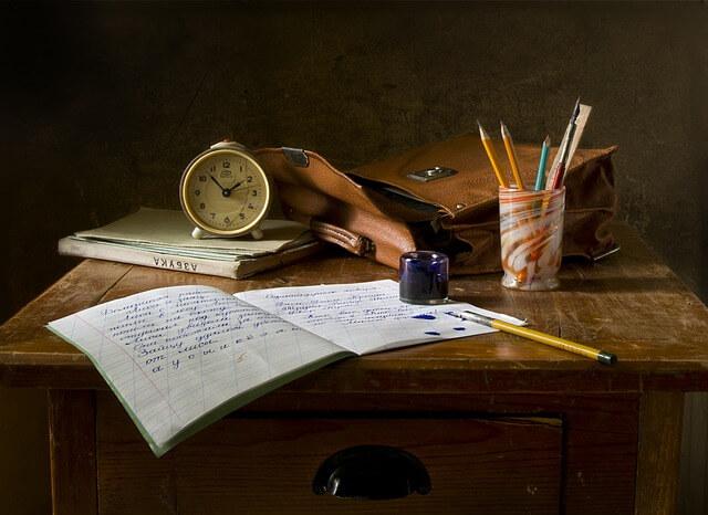 机に置かれた教科書。大橋鎮子さんは熱心に学んだ