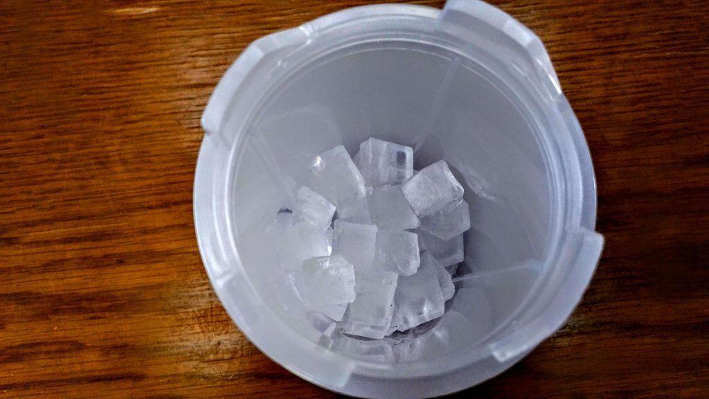ドウシシャ かんたん電動氷かき器 ホワイト DKIS-150WH 氷を入れている写真4 (1)