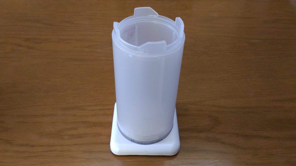 ドウシシャ かんたん電動氷かき器 ホワイト DKIS-150WH スタンドにセットした写真 (1)