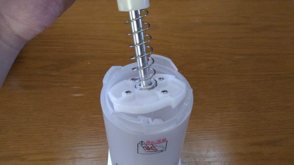 ドウシシャ かんたん電動氷かき器 ホワイト DKIS-150WH 作動部をセットしている写真 (1)