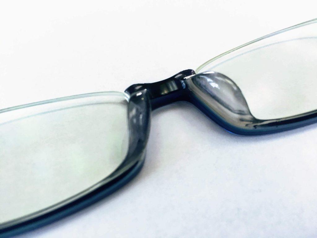 JINSのアンダーリムメガネの鼻パッド