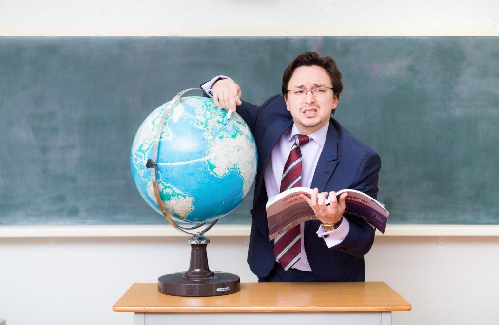 熱心に教える塾講師