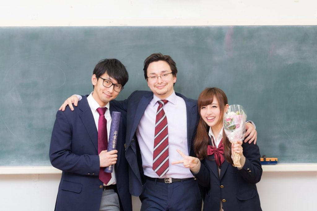 生徒たちと仲良く写真に映る塾講師