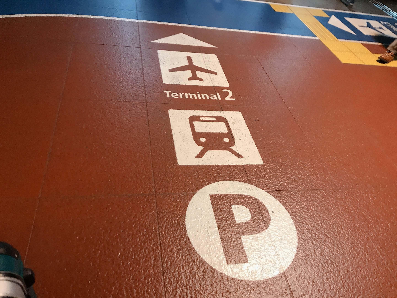 成田空港第二ターミナルの通路足元の表示。