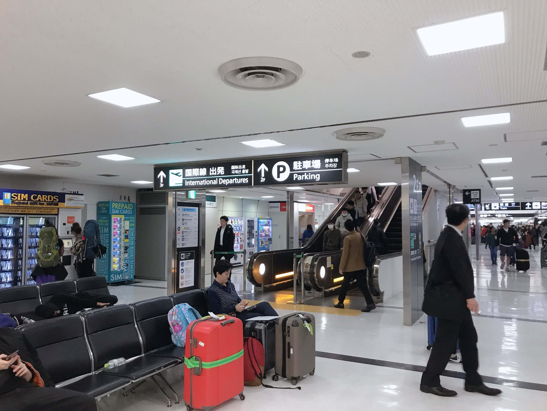 成田空港第二ターミナル、「北口1」入ってすぐ右側をしばらく進み、2番目に見えるエスカレーターの写真