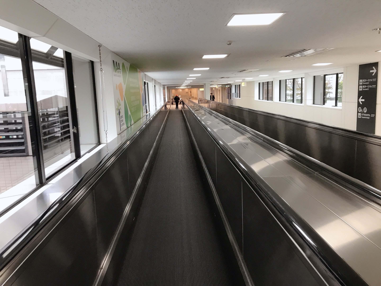 成田空港第二ターミナル2階、「駐車場」に向かう連絡通路