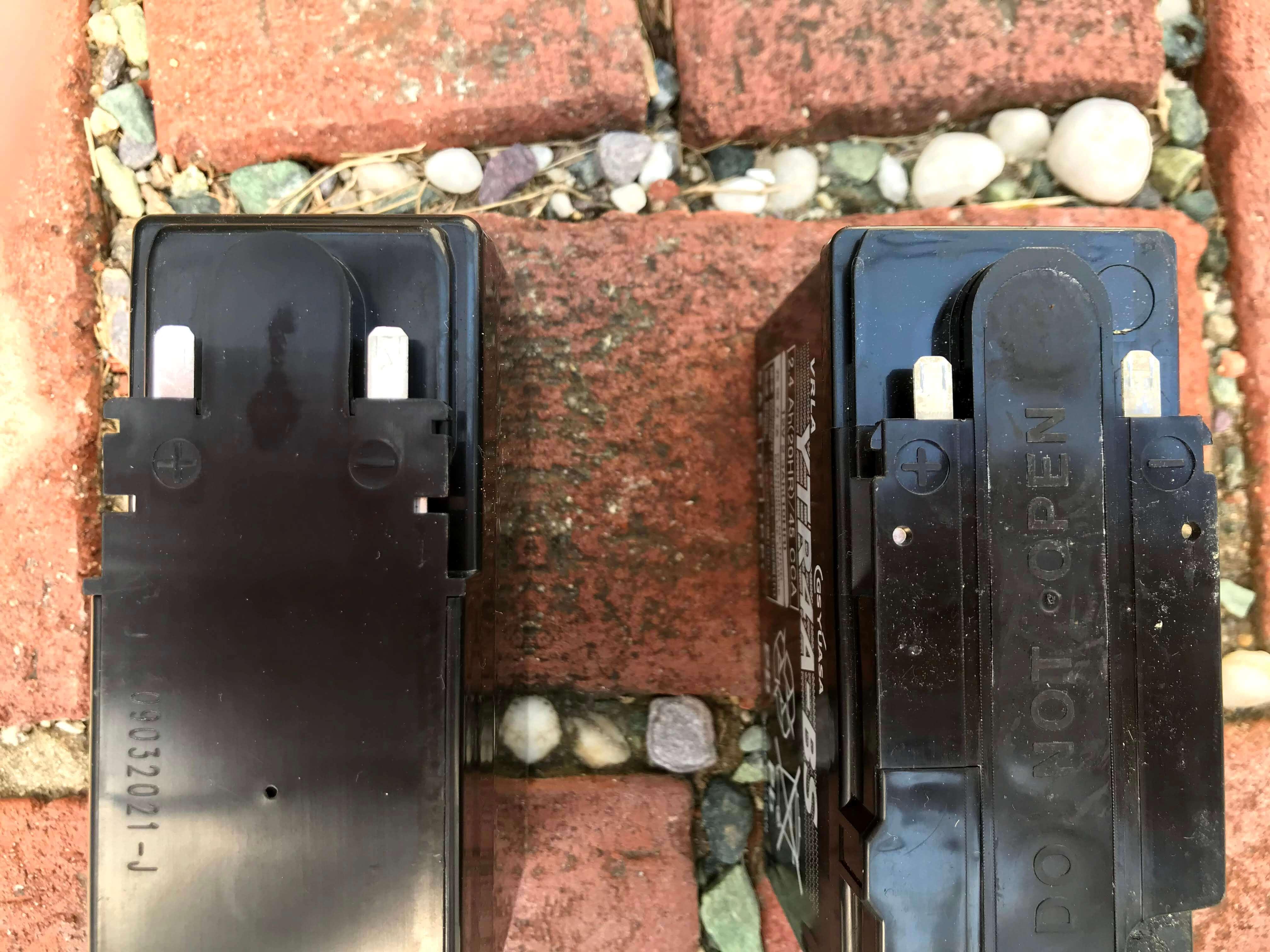GS YUASAのバッテリーとJC STYLEのバッテリーを並べた写真