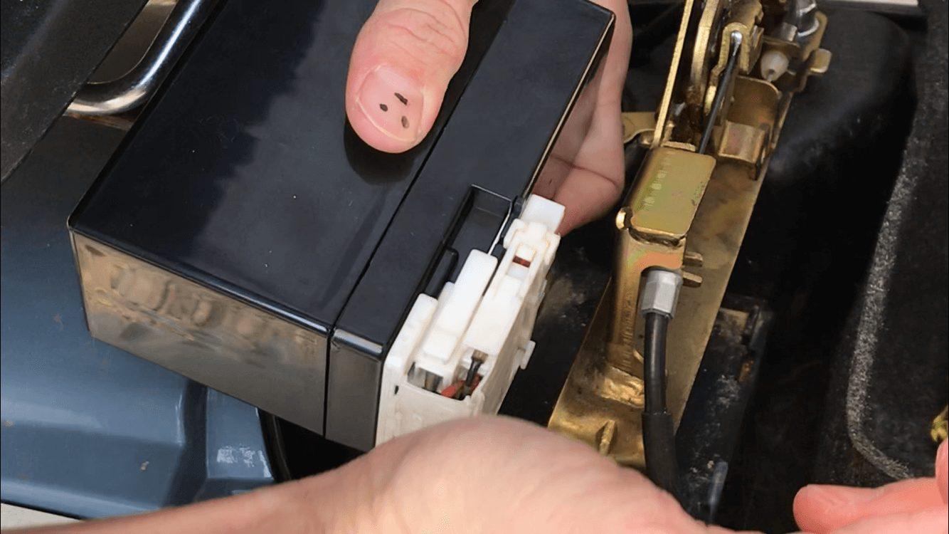 ホンダジュリオの端子にバッテリーをはめ込むところ