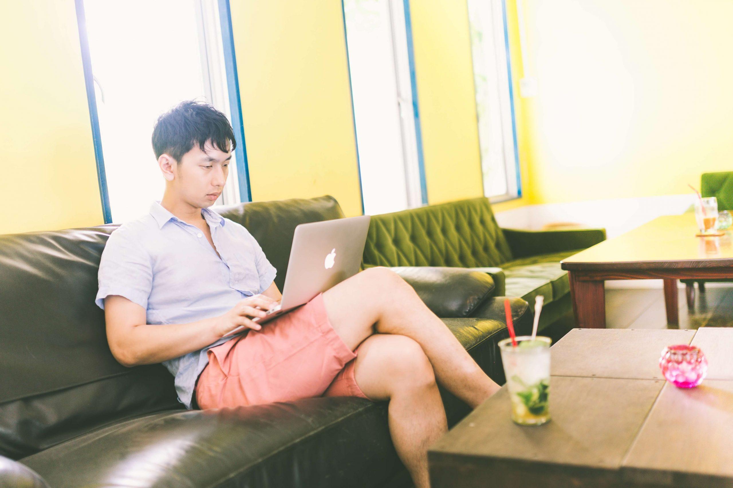 コワーキングでブログを更新する男性
