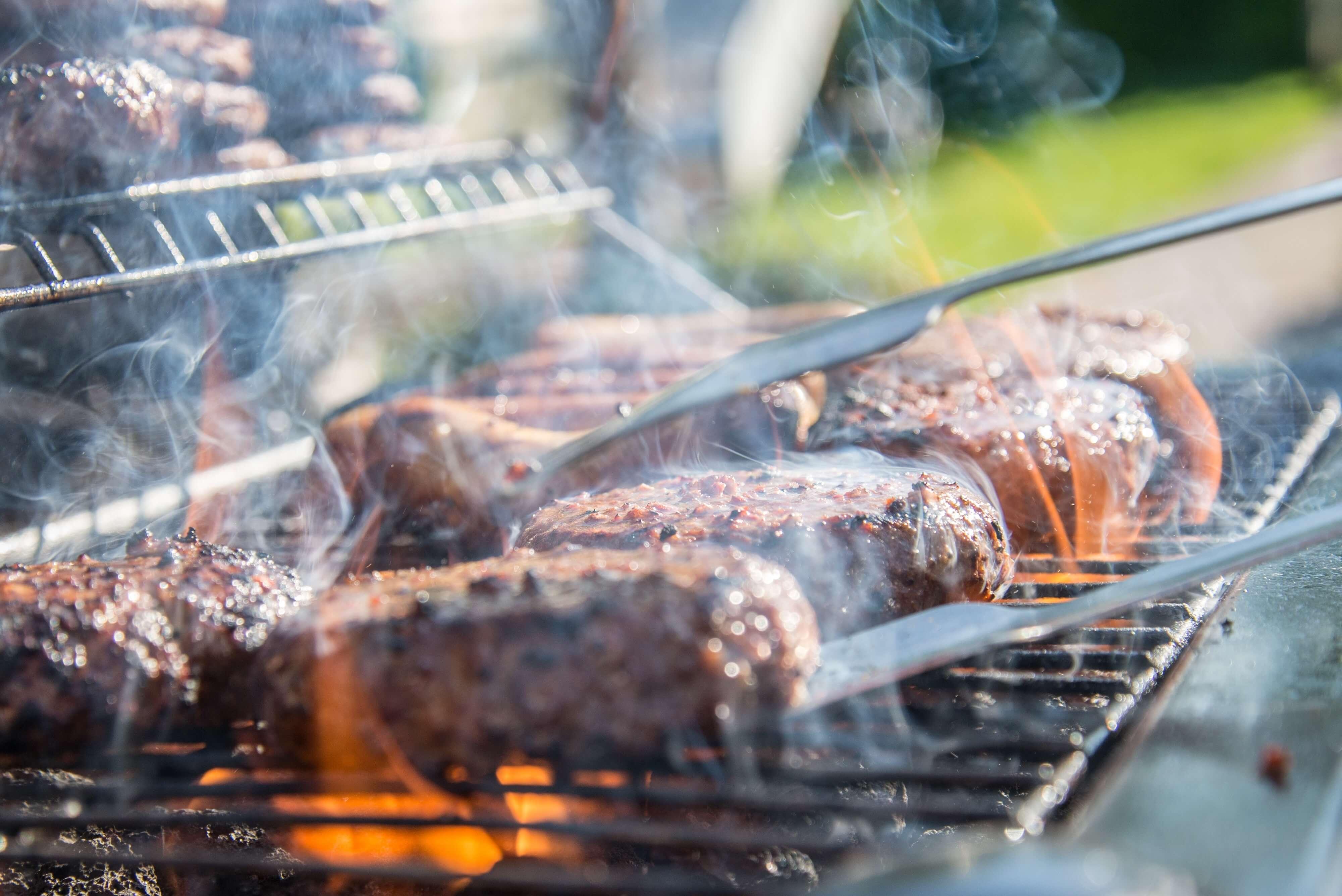 バーベキューコンロ上の肉