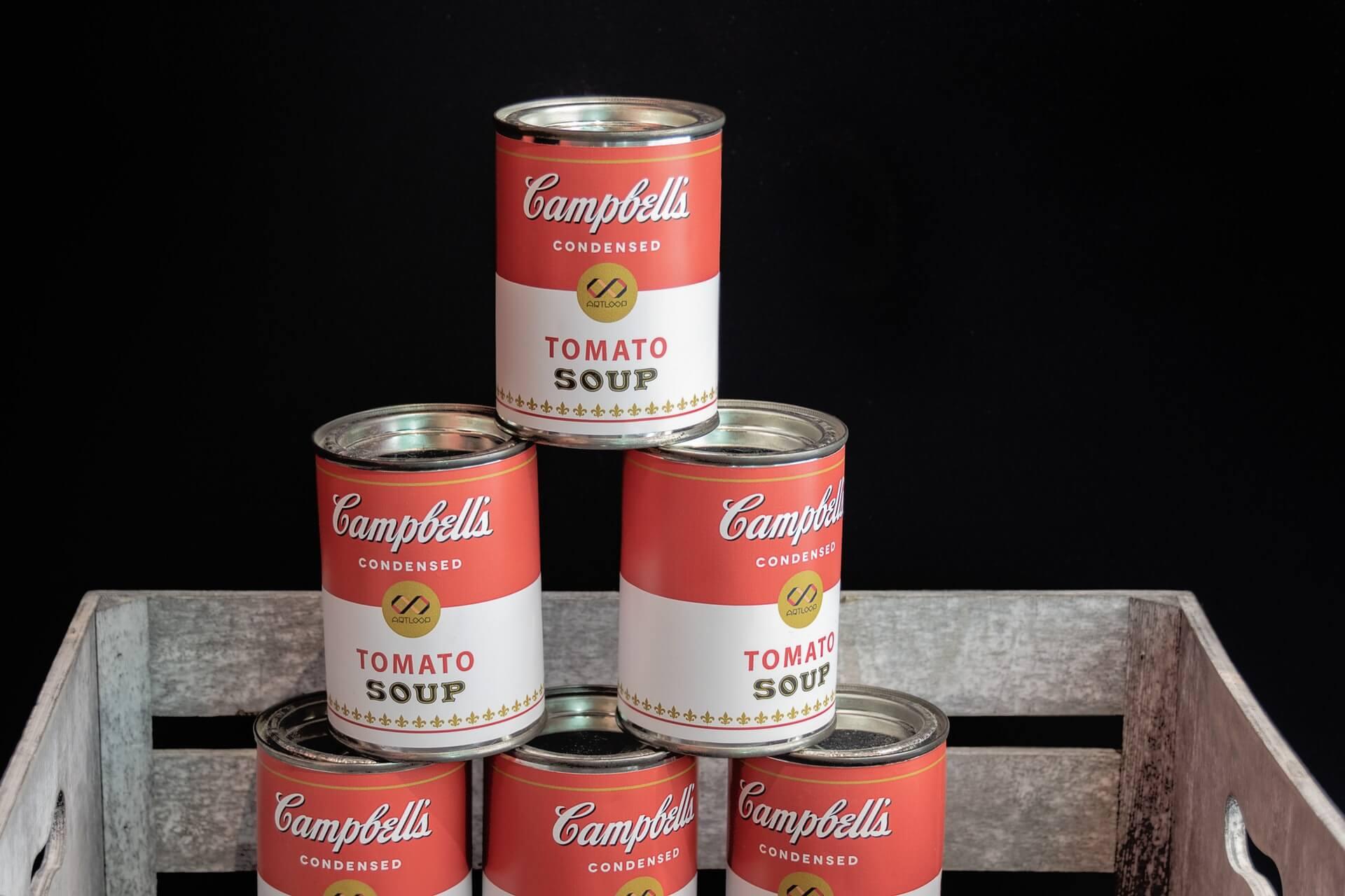 積み上げられたキャンベルスープ