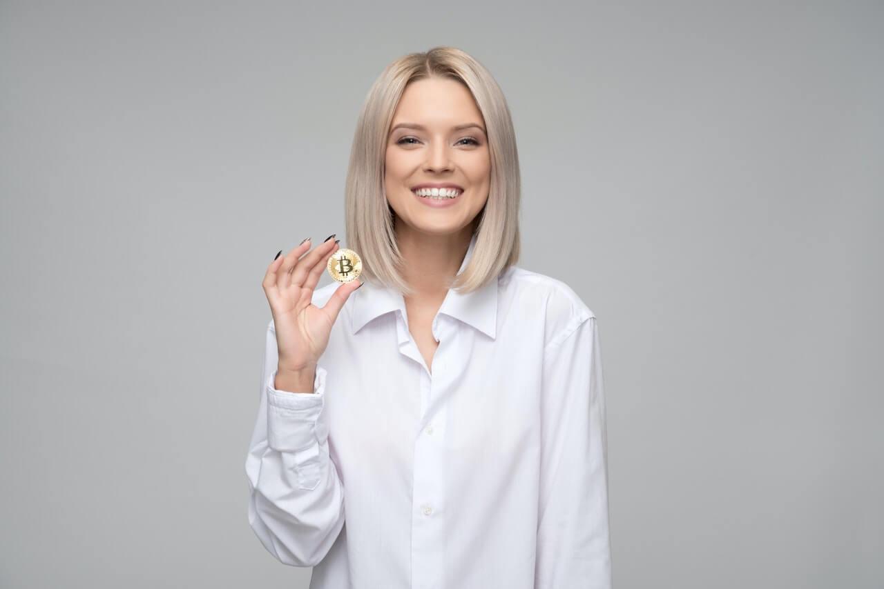 コインを持った女性
