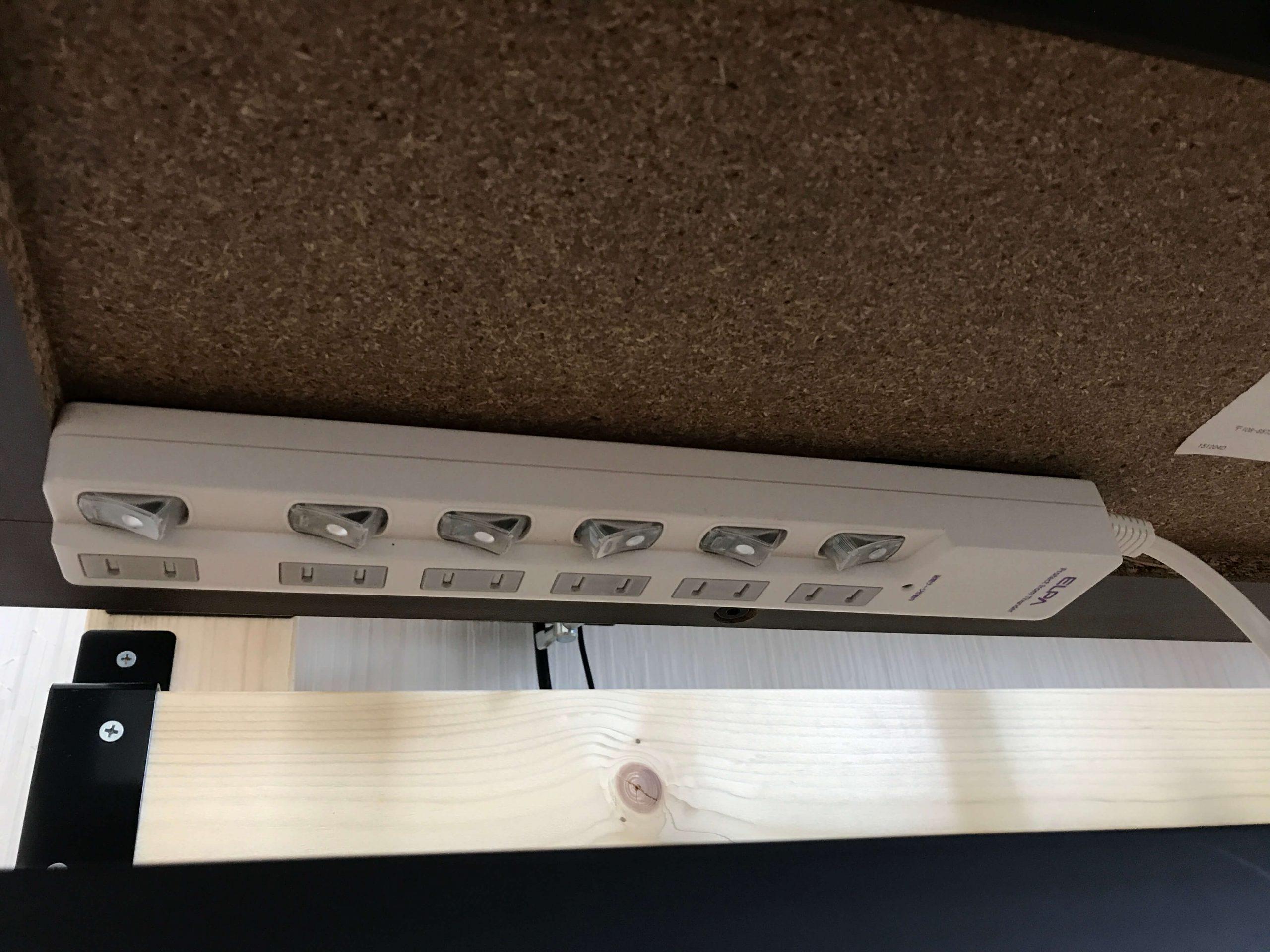 机のウラに電源タップを貼り付け